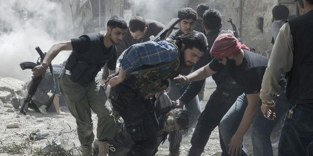 3418289_3_e9ea_un-groupe-de-rebelles-evacuent-le-corps-d-un_eb4a5d928c95ddb50106d000c5cd38b2