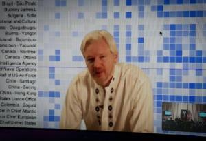 Julian Assange lors d'une téléconférence entre Londres et Washington, le 8 avril 2013 - AFP