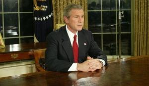 """Le Président US George W. Bush s'adresse à la nation le 19 mars 2003 depuis le Bureau Ovale de la Maison Blanche à Washington, DC. Bush a annoncé que les militaires US avaient frappé des """"cibles d'opportunité"""" en Irak ce 19 mars 2003 - Photo Alex Wong/Getty Images"""