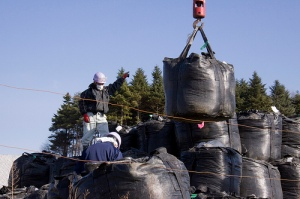 fukushima-sacs-terre-contaminee-radioactive-020ac
