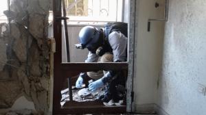 Un expert en armement de l'ONU recueillant des échantillons le 29 août, sur le site de l'attaque chimique de la Ghouta, à l'est de Damas - Photo AFP/Ammar al-Arbini