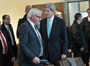 Le ministre des affaires étrangères allemand Frank-Walter Steinmeier et le Secrétaire d'Etat US John Kerry, à l'aéroport de Berlin le 31 janvier 2014 - Photo Brendan Smialowski