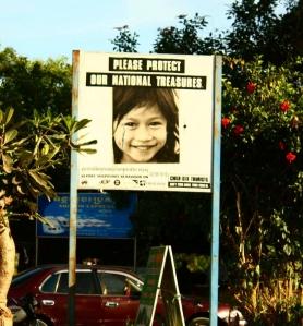 """""""Veuillez respecter nos trésors nationaux"""" - affiche visible en zone touristique cambodgienne"""