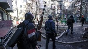 Un émeutier anti-gouvernemental arborant un fusil lors d'affrontements avec des unités du Ministère de l'Intérieur à Kiev, le 18 février 2014 - Photo Reuters/Andrew Kravchenko