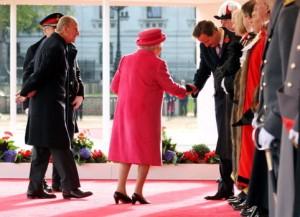 Le Premier Ministre anglais, David Cameron, se prosterne devant la Reine Elizabeth II, accompagnée du Prince Philip - Photo WPA Pool/Getty Images