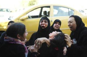 Des membres d'une famille pleurent pour l'un des leurs apparemment tué par une milice chiite non loin de sa maison à Bagdad, le 25 juin 2014 - Photo Ayman Oghanna/The New York Times