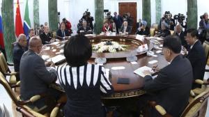 Les dirigeants s'assoient à une table avant le sommet des BRICS à Saint-Pétersbourg, le 5 septembre 2013 - Photo AFP/Pool/Sergueï Karpukhin