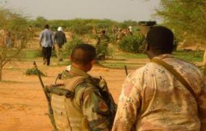 Des soldats français montent la garde sur le site du crash du vol AH5017 d'Air Algérie qui s'est écrasé près de la ville du nord du Mali de Gossi, le 24 juillet 2014 - Photo Reuters