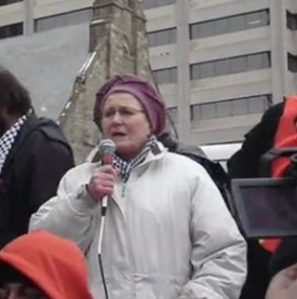 """Suzanne Weiss prenant la parole au rassemblement """"Levez le Siège"""" à Toronto, le 10 janvier 2009"""