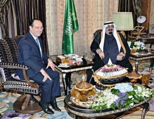 François Hollande et le roi de l'Arabie Saoudite Abdullah bin Abdulaziz al-Saud, à Riyad, le 29 décembre 2013 - Photo AFP/SPA/HO