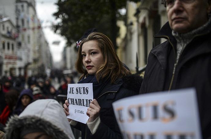 Les gens observent une minute de silence à Istanbul le 8 janvier 2015 pour les victimes d'une attaque par des hommes armés sur les bureaux du journal satyrique français Charlie Hebdo à Paris le 7 janvier, qui a fait au moins 12 morts et plusieurs blessés - Photo AFP/Bulent Kilic