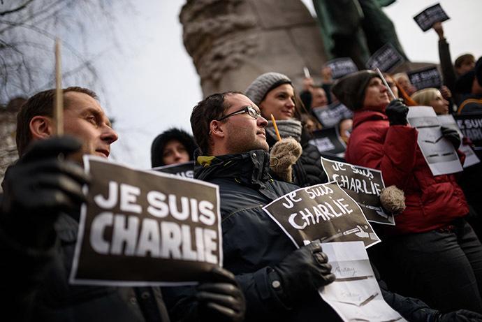 """Des journalistes slovènes tiennent des crayons et des pancartes lisant en français """"Je suis Charlie"""" pendant un rassemblement en hommage aux victimes de l'attaque de l'hebdomadaire satyrique français Charlie Hebdo, le 8 janvier 2015 à Llubljana, un jour après que deux hommes armés aient tué 12 personnes dans une attaque islamiste aux bureaux éditoriaux de Charlie hebdo à Paris - Photo AFP/Jure Makovec"""