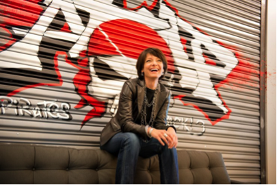 Regina Dugan, ancienne directrice de DARPA et co-présidente du Highlands Forum, désormais cadre supérieur chez Google - faisant de son mieux pour avoir l'air de son rôle