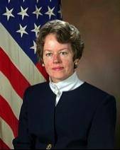 Le Dr. Anita Jones, directrice de DARPA de 1993 à 1997 et co-présidente du Highlands Forum du Pentagone de 1995 à 1997, alors que des fonctionnaires en charge du programme CIA-NSA-MDDS finançaient Google, en lien avec DARPA sur l'extraction de données pour le contre-terrorisme