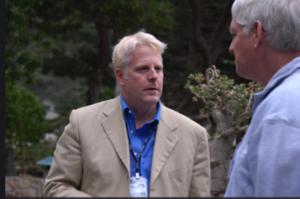 Lewis Shepherd (à gauche), alors officier technologique supérieur à la Defense Intelligence Agency du Pentagone, parlant à Peter Norvig (à droite), expert reconnu en intelligence artificielle et directeur de recherche chez Google. Cett photo vient d'une réunion du Highlands Forum de 2007