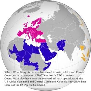 Carte d'implantation des forces militaires US en Asie, Afrique et Europe. Les pays en rouge font partie de l'Otan ou hébergent des exercices de l'Otan.Les pays en bleu ont été le théâtre d'opérations militaires par l'US Africa Command et le Central Command. Les pays en jaune hébergent des forces du US Pacific Command.