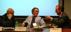 Jeffrey Cooper de SAIC/Leidos (au milieu), membre fondateur du Highlands Forum, écoutant Phil Venables (à droite), associé principal chez Goldman Sachs, à la session de 2010 du Forum du CSIS sur la cyber-dissuasion