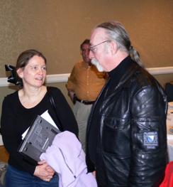 """Rosemary Wenchel (à gauche) du Ministère de la Sécurité du Territoire (DHS, Department of Homeland Security) avec Jeff """"Skunk"""" (putois) Baxter, un ancien musicien et désormais conseiller de la défense US qui a travaillé avec des entreprises comme Northrup Grumman et SAIC. Le cadre de SAIC/Leidos Jeff Cooper se tient derrière lui"""