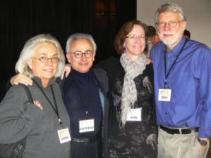 Des délégués du 46ème Highlands Forum du Pentagone en décembre 2011, de droite à gauche: John Seely Brown, scientifique-en-chef et directeur au PARC de Xerox de 1990 à 2002 et membre précoce de la direction d'In--Tel; Ann Pendleton-Julian, co-auteure avec Brown d'un manuscript, Design Unbound; Antonio et Hanna Damsio, respectivement neurologue et neurobiologiste, qui font partie d'un projet sur la propagande financé par DARPA