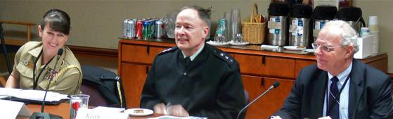 Le Gén. Keith Alexander (au milieu), qui a été directeur de la NSA et du Service Central de Sécurité de 2005 à 2014, ainsi que chef du Cyber-Commandement US de 2010 à 2014, au Highlands Forum de 2010 sur la cyber-dissuasion