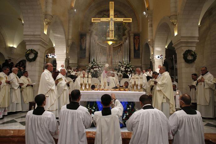 Des prêtres chrétiens célèbrent la Messe de Noël dans l'Eglise de la Nativité, dans la ville de Cisjordanie de Bethléem le 25 décembre 2014 - Photo Reuters/Ammar Awad